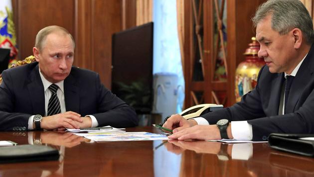 Putin und Verteidigungsminister Schoigu (Bild: APA/AFP/Sputnik/MICHAEL KLIMENTYEV)