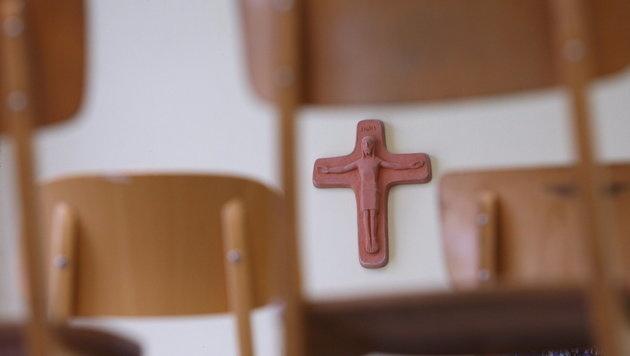 Ein Kreuz im Klassenzimmer (Bild: dpa/Karl-Josef Hildenbrand)