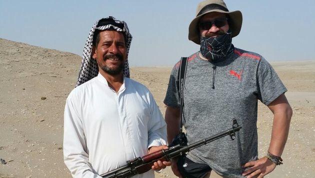 """Nicht jeder Beduine ist dein Feind. Rechts im Bild: """"Krone""""-Reporter Clemens Zavarsky. (Bild: Clemens Zavarsky)"""