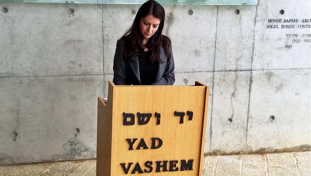 Duzdar bei ihrem Besuch in Jerusalem - hier in der Holocaust-Gedenkstätte Yad Vashem (Bild: APA/SUSANNE PULLER)