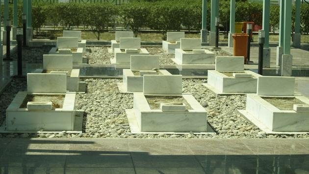 Symbolische Gräber als Mahnmal für die Opfer von Saddam Hussein (Bild: Clemens Zavarsky)