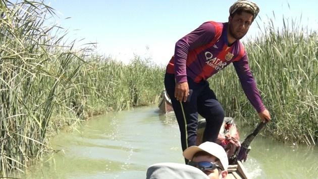 Mit dem Boot durch den Sumpf im Südirak (Bild: Clemens Zavarsky)