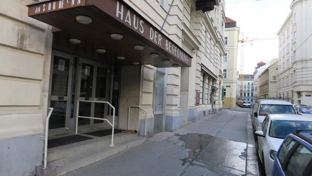 Toter vor Haus der Begegnung in Wien-Mariahilf (Bild: Zwefo)