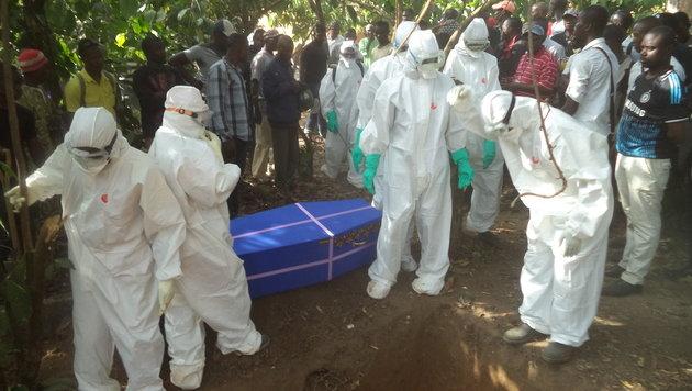 Eine Ebola-Bestattung (Bild: Gregor Brandl)