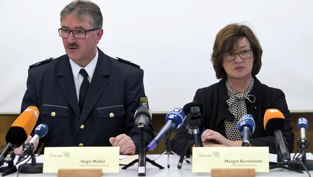 Saarlands Vizepolizeipräsident Müller und Staatsanwältin Burmeister informieren über die Festnahme. (Bild: EPA)