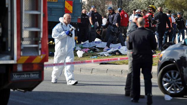 Das sind die vier jungen Opfer des IS-Terroristen (Bild: APA/AFP/AHMAD GHARABLI)