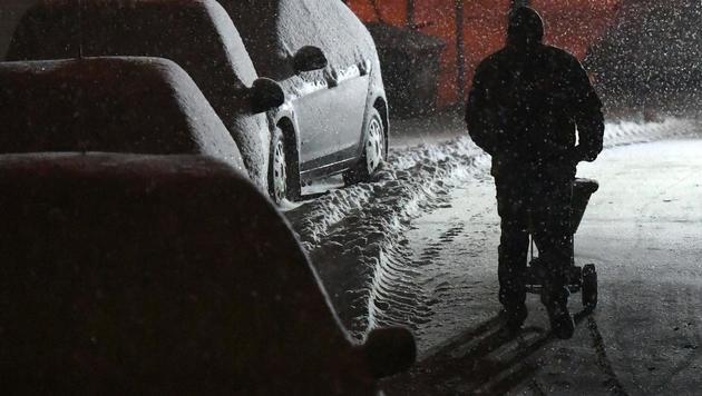 Bereits in der Nacht begann es - wie hier in Neulengbach in NÖ - vielerorts zu schneien. (Bild: APA/HELMUT FOHRINGER)