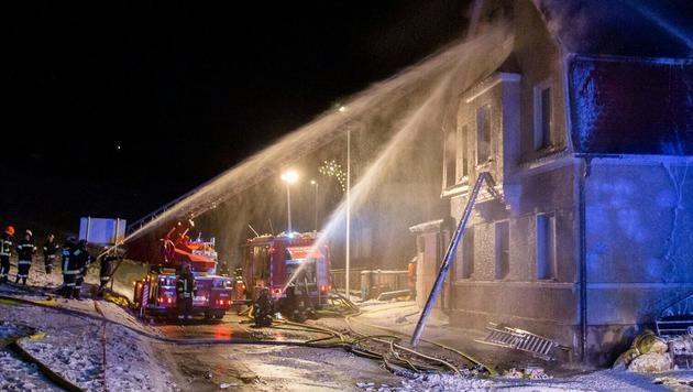 In Bad Schallerbach in Oberösterreich brannte ein Wohnhaus. (Bild: APA/MARKUS HANETSEDER)