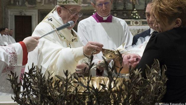 Der Papst bei der Taufe in der Sixtinischen Kapelle (Bild: APA/AFP/OSSERVATORE ROMANO/HO)