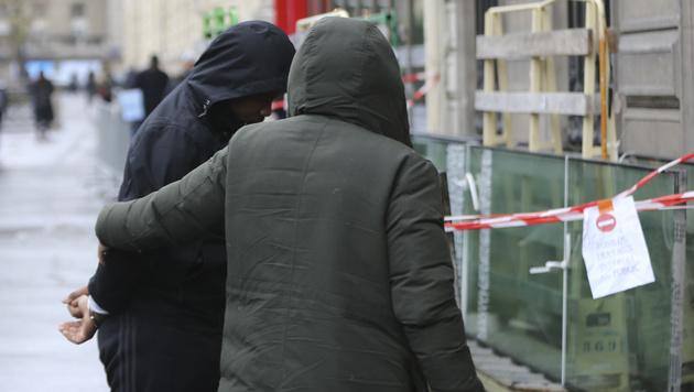 Hier werden die Verdächtigen abgeführt. (Bild: Viennareport)