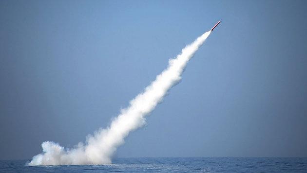 Die Rakete wurde kurze Zeit nach dem Unterwasser-Start aus dem Meer befördert. (Bild: APA/AFP/ISPR/HO)