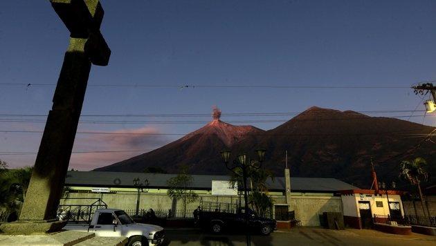 Guatemala: Am Vulkan Acatenango (rechts, links ist der Fuego zu sehen) sind sechs Menschen erfroren. (Bild: EPA)