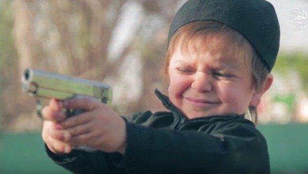 "Kind (4) muss ""Spion"" mit Schüssen hinrichten (Bild: Screenshot pjmedia.com)"