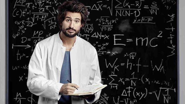 Tom Beck als Ururenkel von Einstein, der als externer Berater bei der Aufklärung eines Mordes hilft. (Bild: SAT.1)