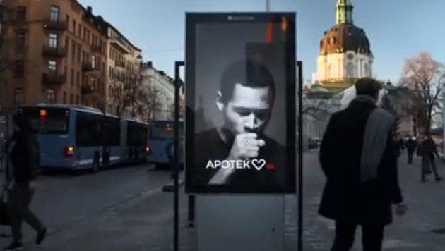 """Zigarettenrauch bringt Werbeplakat zum """"Husten"""" (Bild: Zoomin.TV)"""
