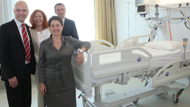 KAV-Chef Udo Janßen (links) und Stadträtin Sonja Wehsely vor einem regulären Spitalsbett im SMZ Ost (Bild: Peter Tomschi)