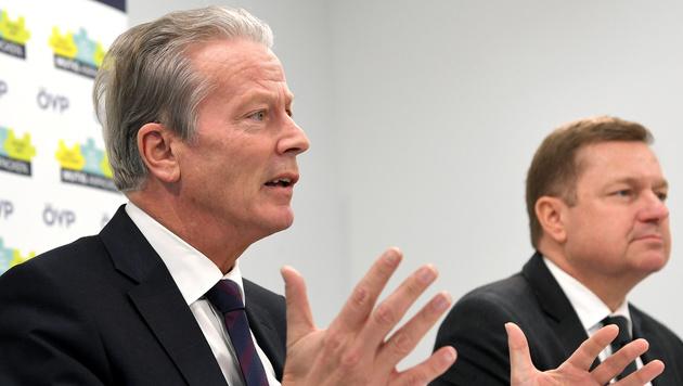 ÖVP-Chef Mitterlehner mit Generalsekretär Amon (Bild: APA/ROLAND SCHLAGER)