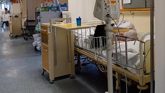 Spitalsbetten am Gang des Wilhelminenspitals (Bild: Reinhard Holl)