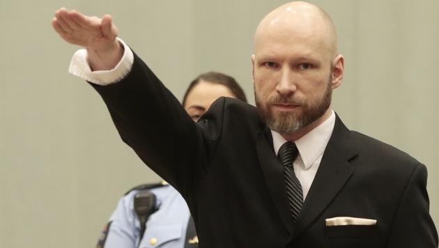 Breivik provoziert mit Hitlergruß (Bild: AP)