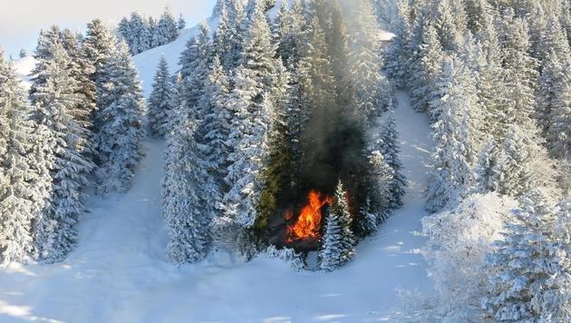 Mitten in der Winterlandschaft loderte das Feuer. (Bild: APA/LPD VORARLBERG)