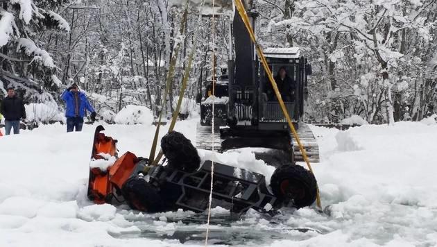 Schneeräumer auf Salzburger Badesee eingebrochen (Bild: Wasserrettung Bischofshofen)