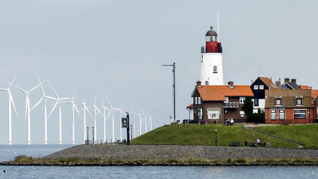 Windräder vor der niederländischen Küste in Urk (Bild: APA/AFP/ANP/REMKO DE WAAL)