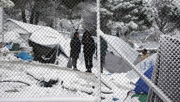 Auf Lesbos sitzen Flüchtlinge in Zelten fest. (Bild: APA/AFP/STR)