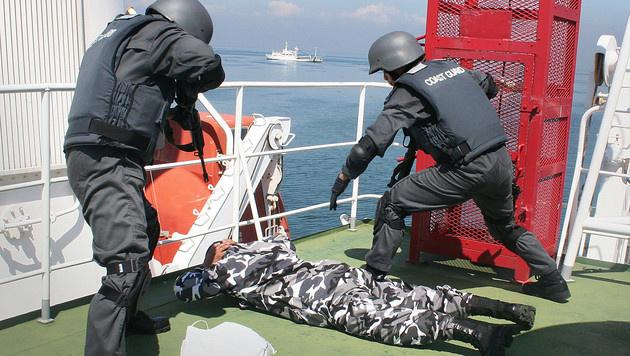Die philippinische Küstenwache bei einer Übung zur Bekämpfung von Piraterie (Bild: S2N ALVIN CAYAGO/AFP/picturedesk.com)