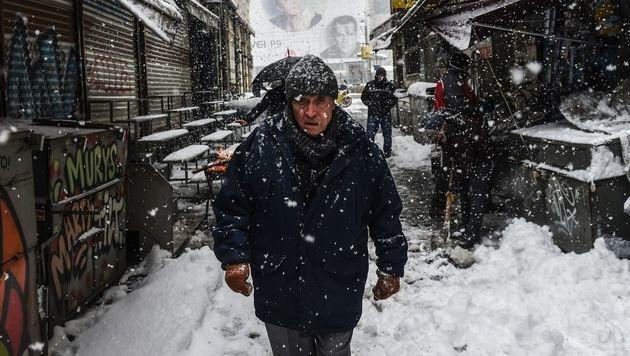Schnee und Kälte halten Europa im Würgegriff. (Bild: APA/AFP/BULENT KILIC)