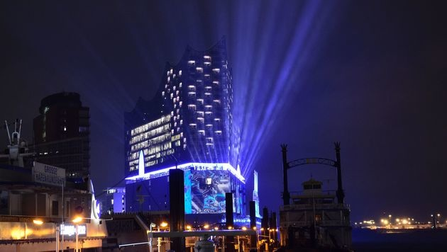 Draußen begann parallel ein zur Musik passendes Lichtspektakel auf der Fassade des Konzerthauses. (Bild: AFP)