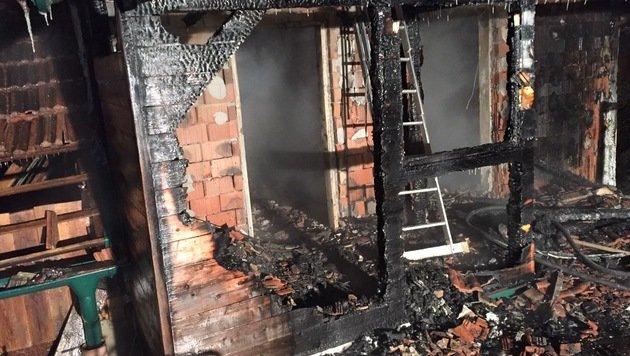 Von Flammen im Schlaf überrascht: Ein Toter in NÖ (Bild: APA/FEUERWEHR)
