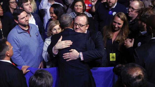 Umarmung für Obamas Pressechef Robert Gibbs (Bild: APA/AFP/GETTY IMAGES/SCOTT OLSON)