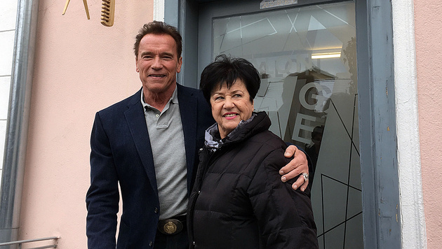 Arnie schaute auch bei seiner Cousine, der Friseurin Monika Ficzko aus Krieglach, vorbei. (Bild: Ferdinand Krainer)
