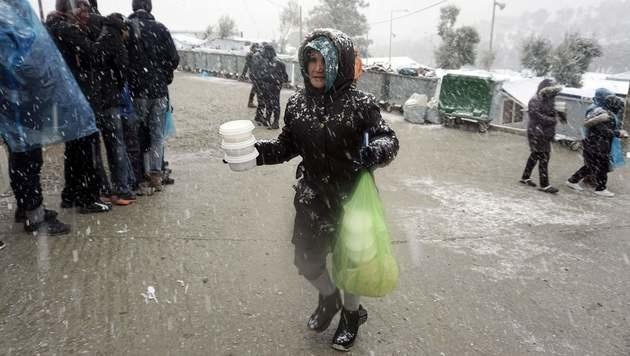 Frierende Flüchtlinge im Lager Moria auf Lesbos (Bild: APA/AFP/STR)