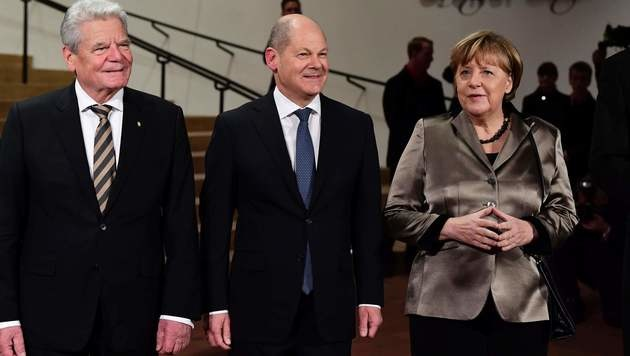 Bundespräsident Joachim Gauck, Hamburgs Bürgermeister Olaf Scholz und Kanzlerin Angela Merkel (Bild: AFP)