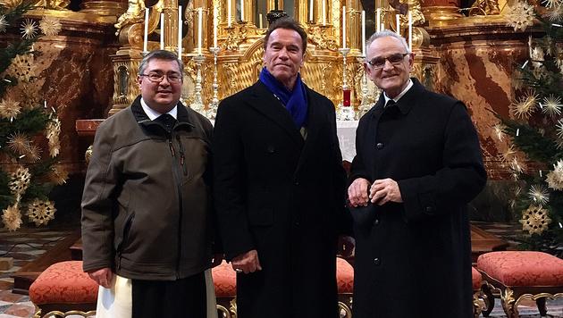 """""""Coole Location"""": Pater Benedikt Fink, Arnold Schwarzenegger und Pater August Janisch (Bild: Ferdinand Krainer)"""