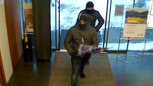 Das Foto der Überwachungskamera zeigt die beiden Räuber beim Betreten der Bank. (Bild: APA/LPD TIROL)