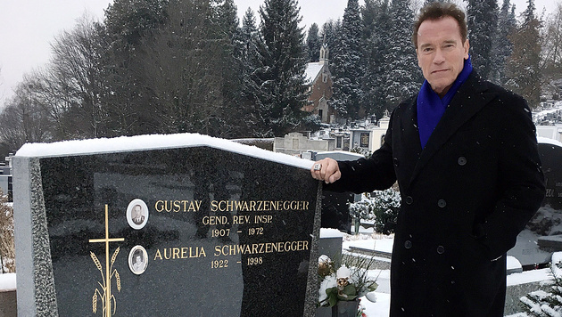 Privater Moment: Arnold Schwarzenegger am Grab seiner Eltern in Weiz (Bild: Ferdinand Krainer)