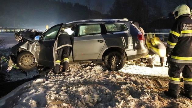 NÖ: Nahe Feistritz am Wechsel krachte ein Auto wegen Blitzeis gegen ein Brückengeländer. (Bild: Einsatzdoku.at/Patrick Lechner)