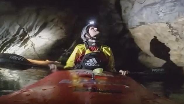 Mutig! Kajaker paddeln durch unterirdischen Fluss (Bild: YouTube.com)