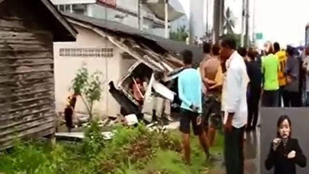 Hier kollidierte der Van mit einem Gebäude. (Bild: YouTube.com)