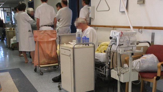 Gangbetten: Ärzte erstatten Gefährdungsanzeige (Bild: Peter Tomschi)