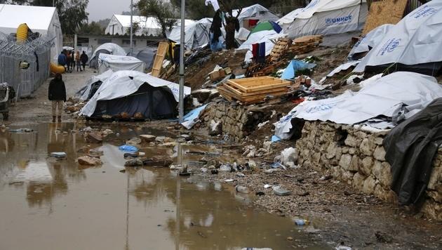 Das Lager Moria auf Lesbos versinkt nach den Schneefällen im Schlamm. (Bild: AP)