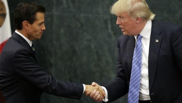 Nieto und Trump während eines Treffens im Vorjahr in Mexiko-Stadt (Bild: APA/AFP/YURI CORTEZ)