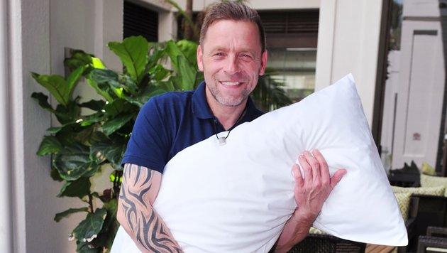 Thomas Häßler nimmt ein Kissen und eine Kette als Talisman mit ins Dschungelcamp. (Bild: RTL)