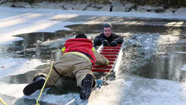 So kann man im Notfall helfen (Bild: Evelyn Hronek)