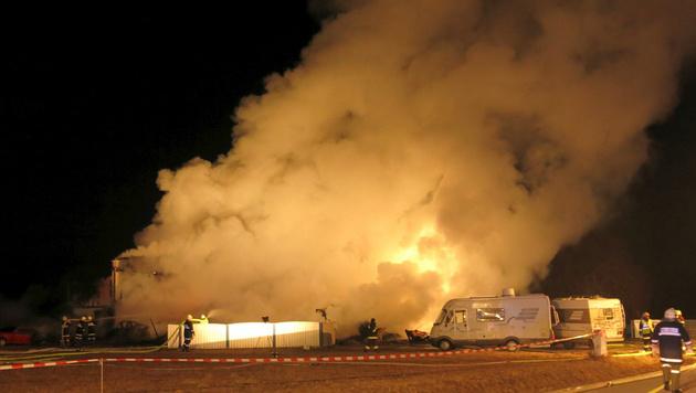 Die Feuerwehr im Einsatz bei dem Gebäudebrand in Stegersbach. (Bild: APA/STADTFEUERWEHR OBERWART)