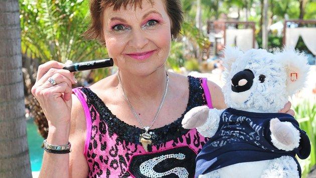 Fräulein Menke reist mit einem Koala-Bär-Plüschtier und mit Wimperntusche an. (Bild: RTL)