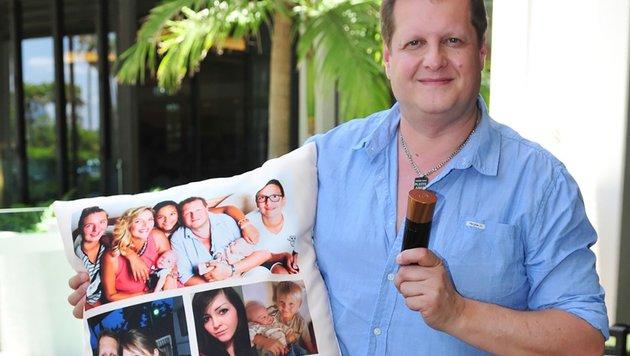 """""""Mallorca-Jens"""" nimmt ein Kissen mit aufgedruckten Familienfotos und Parfüm mit ins Camp. (Bild: RTL)"""