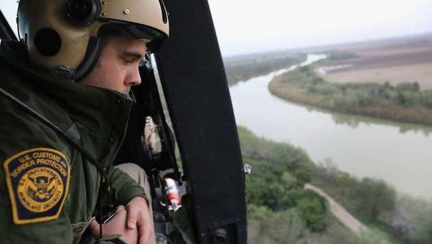 Ein US-Grenzpolizist überwacht den Grenzfluss Rio Grande (Bild: APA/AFP/GETTY IMAGES/JOHN MOORE)